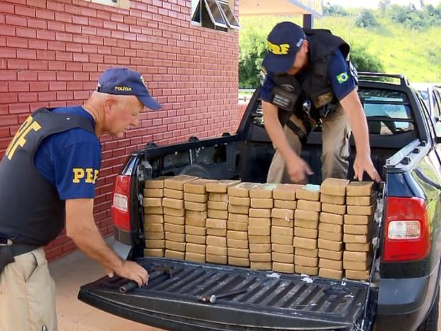 Polícia apreende tabletes de crack na Rodovia Fernão Dias, em São Gonçalo do Sapucaí (Foto: Reprodução EPTV)