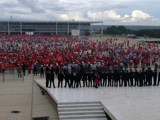Integrantes do MST ocupam a Praça dos Três Poderes, diante do prédio do Supremo (Foto: Mariana Oliveira / G1)