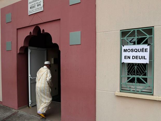 Mesquita em Saint-Etienne-du-Rouvray, Normandia, cidade onde aconteceu o ataque a uma igreja que culminou na morte do padre  (Foto: François Mori/AP)