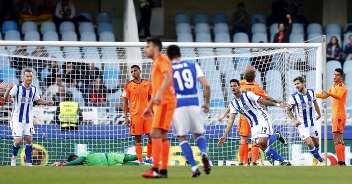 Willian José sai para comemorar gol de cabeça diante de Diego Alves caído em Real Sociedad x Valencia (Foto: EFE/Juan Herrero)