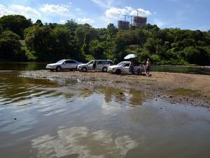 Com nível do Rio Piracicaba baixo, carros puderam chegar até banco de areia (Foto: Thomaz Fernandes/G1)