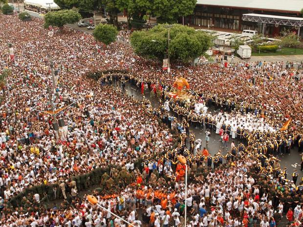 Cerca de dois milhões fiéis participam da procissão do Círio de Nazaré pelas ruas da cidade de Belém (Foto: Raimundo Paccó/Rádio Caçula/Estadão Conteúdo)