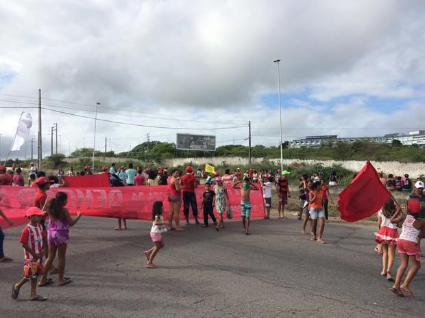 Manifestantes bloquearam o quilômetro 127 da BR-232 em um ato a favor da democracia (Foto: Magno Wendel/TV Asa Branca)