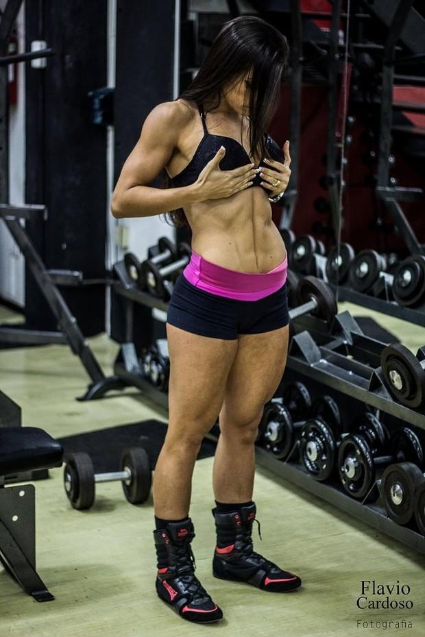 Gabi Dezan exibe o tanquinho (Foto: Bruno Turano / MF Models Assessoria )