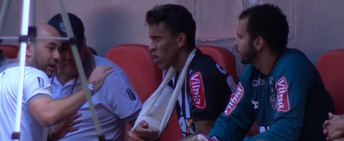 Marcos Rocha tem braço direito imobilizado após sofrer luxação no cotovelo (Foto: Reprodução / Premiere)