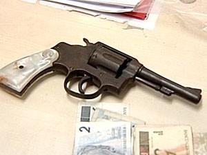Polícia apreendeu arma e dinheiro com o suspeito (Foto: Reprodução/TV Gazeta)