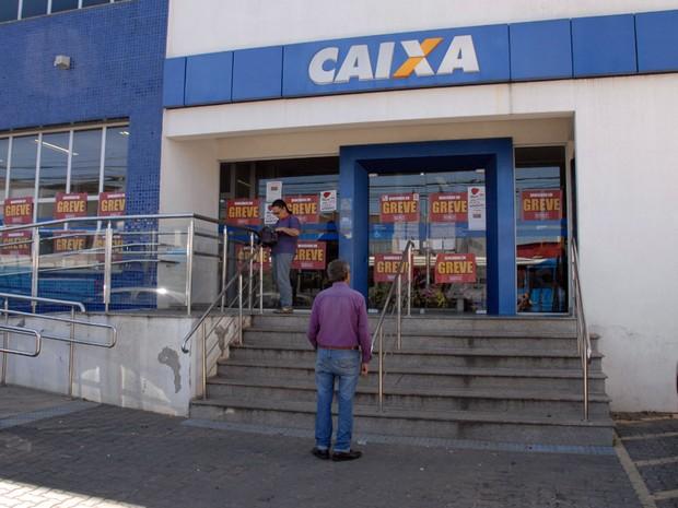 Cliente se depara com agência bancária fechada em Campinas (Foto: Júiio César Costa)