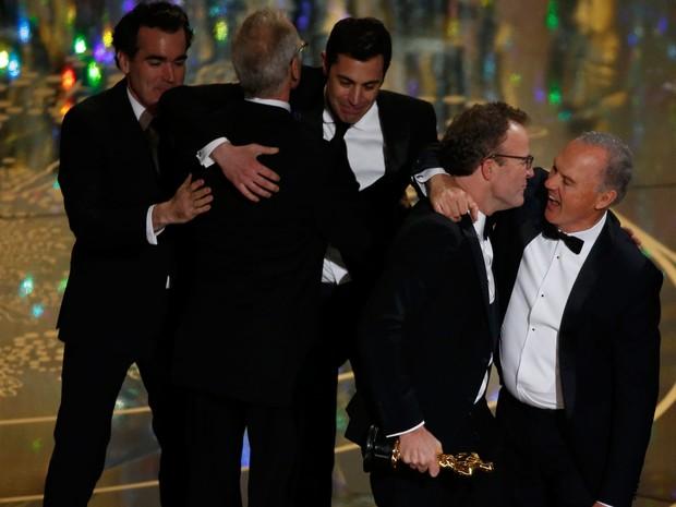 Equipe de 'Spotlight' recebe Oscar de melhor filme em Los Angeles. À frente, Michael Keaton abraça o diretor Tom McCarthy (Foto: REUTERS/Mario Anzuoni)