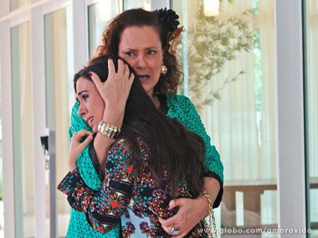 Márcia consola Valdirene e chora também (Foto: Amor à Vida/TV Globo)