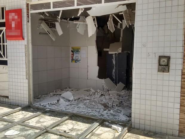 Caixa eletrônico em posto de atendimento de bancário foi alvo dos criminosos (Foto: Rafaela Gomes / TV Paraíba)