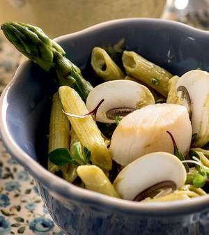 Penne com vieiras e aspargos ao perfume de curry (Foto: Iara Venanzi/Casa e Comida)
