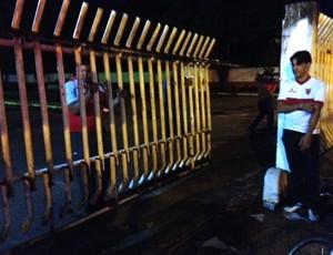 Portão de entrada do OBA quebrado pelos torcedores do Vila Nova (Foto: Fernanda Trigueiro/TV Anhanguera)