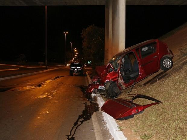 Carro atingido por veículo de luxo em acidente na Ponte das Garças, no Distrito Federal (Foto: Corpo de Bombeiros do DF/Divulgação)