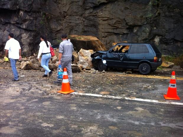 Deslizamento de pedras atinge carro e fere três na BR-101, em Angra dos Reis (Foto: Jonatas Araújo Telles/Arquivo pessoal)