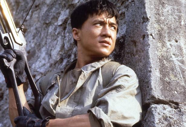 """O chinês Jackie Chan não recorre a dublês, então está acostumado a se machucar em gravações. Mas quase morreu quando filmou 'Armadura de Deus' (1986). Numa cena em que saltava de um castelo para uma árvore, o ator se atrapalhou e caiu de uma altura de quase 8 metros, batendo a cabeça numa pedra. Foi direto para o hospital, e até hoje usa uma prótese de plástico """"para manter o cérebro dentro [da cabeça]"""", como o próprio ator diz. (Foto: Getty Images)"""