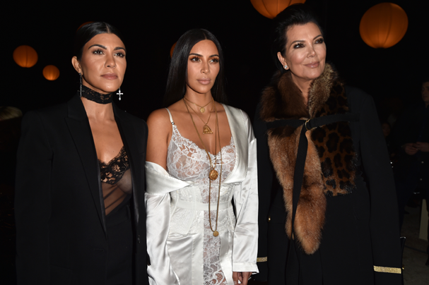 Kourtney e Kim Kardashian, ao lado da matriarca Kris Jenner (Foto: Pascal Le Segretain/Getty Images)