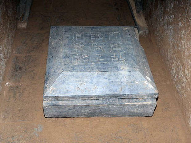 Epitáfio esculpido em pedra no interior da tumba recém-descoberta na China (Foto: Shaanxi Provincial Cultural Reli/AFP)