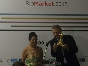Diretor-geral da Globo, Carlos Henrique Schroder, recebe o Troféu Redentor (Foto: Daniel Silveira/G1)