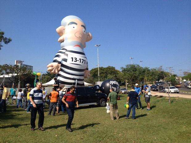 'Pixuleco' foi instalado no Parque do Povo, em Presidente Prudente (Foto: Stephanie Fonseca/G1)