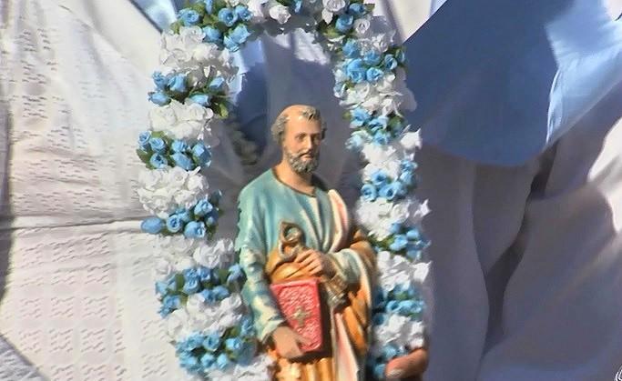 Imagem de São pedro sendo carregada na tradicional procisssão em Várzea Grande - MT (Foto: Reprodução/É Bem MT)