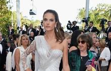 Alessandra Ambrósio usa vestido com superfenda no Festival de Cannes