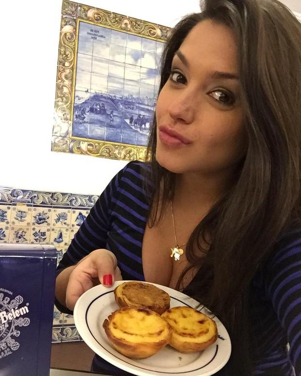 Thais Fersoza come pastelzinho de Belém em viagem para Portugal (Foto: Reprodução/ Instagram)