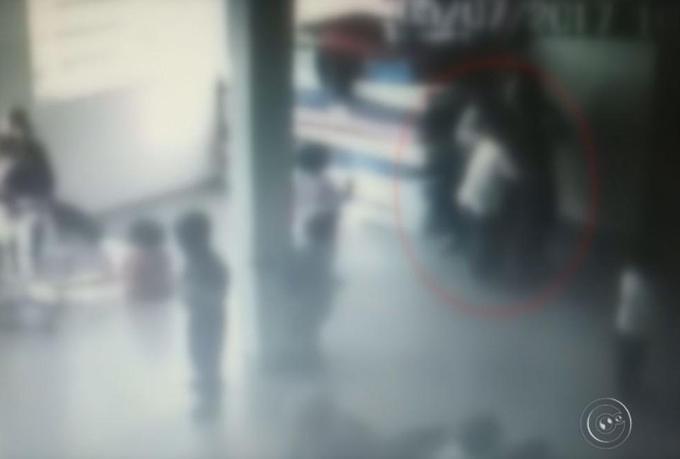 Em outro trecho, a monitora segura uma menina para o outro menino beijá-la (Foto: Reprodução / TV TEM )