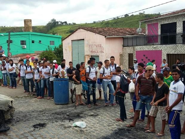 população de Macaparana observa estragos do assalto (Foto: Bruno Fontes/ TV Globo)