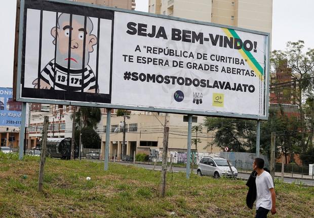 Outdoor coloca boneco do ex-presidente Luiz Inácio Lula da Silva na prisão, à frente do depoimento de Lula ao juiz Moro (Foto: Rodolfo Buhrer/Reuters)