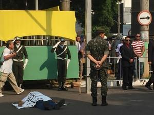 Joaquim deitou no asfalto em manifestação a favor da ditadura (Foto: Gabriela Pavão/ G1 MS)