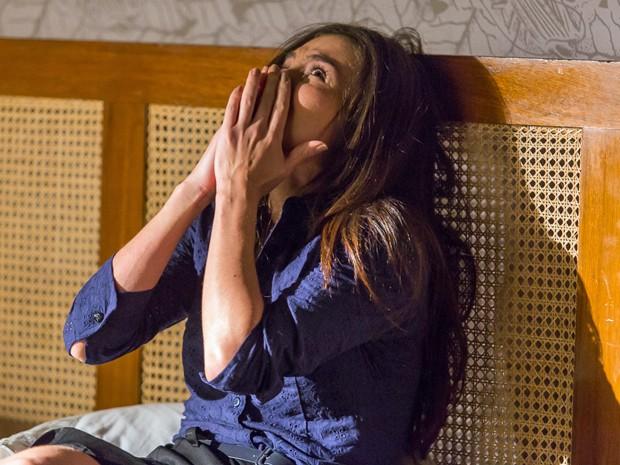 Cora entra em pânico ao ver homem em sua cama (Foto: Artur Meninea/ Gshow)