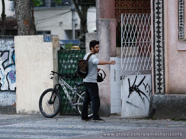 William nem percebe que Lili está na sua cola (Foto: Inácio Moraes/TV Globo)