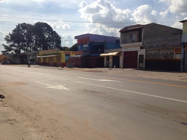 Avenida Miguel Badra ficou deserta durante a tarde de quinta-feira (Foto: Carolina Paes/G1)