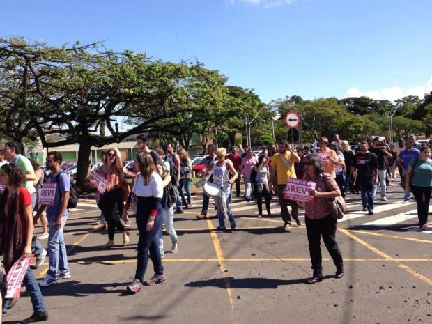 Funcionários da Unicamp durante passeata pelo campus de Campinas, SP (Foto: VC no G1)