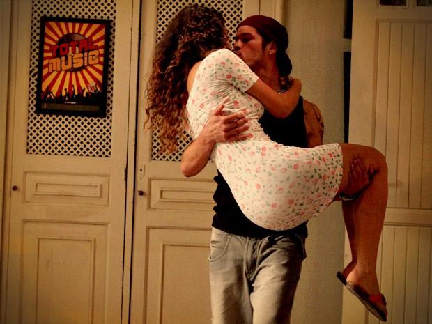 Darkson é super romântico com a amada (Foto: Avenida Brasil / TV Globo)