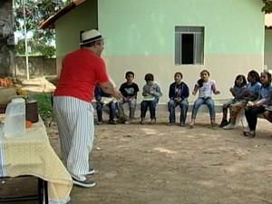 Juvenal Bernardes Projeto Hora do Conto Divinópolis (Foto: TV Integração/Reprodução)