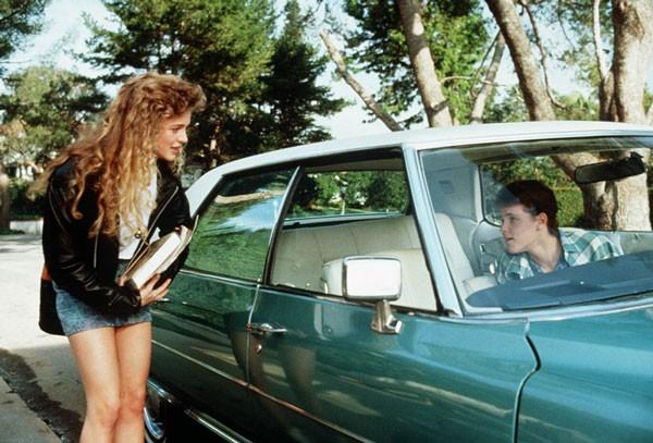 Apaixonado por Mercedes Lane (Heather Graham), o jovem Les Hander (Corey Haim) decide levar a jovem para um passeio de carro... Mesmo sem ter habilitação (Foto: Divulgação)