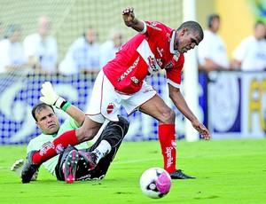 Patric, atacante do Vila Nova (Foto: Cristiano Borges/O Popular)