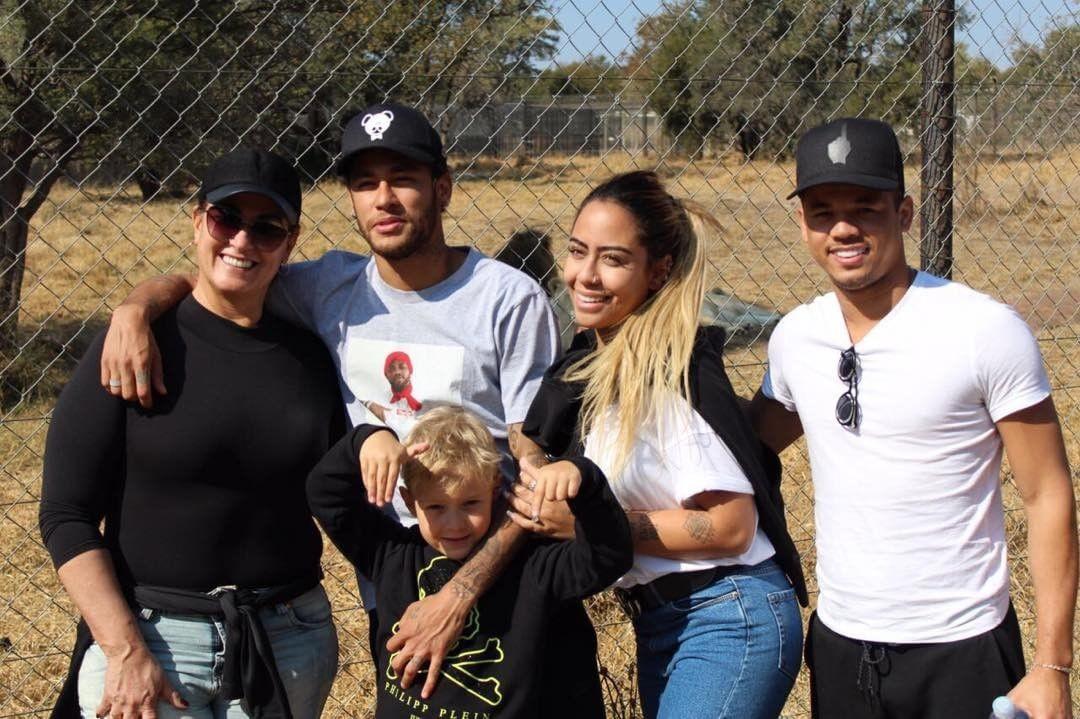 Neymar posa com a família (Foto: Instagram/Reprodução)