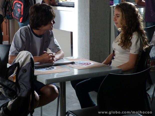 Vitor diz para Luana que é fiel, deixando a garota chateada  (Foto: Malhação / TV Globo)