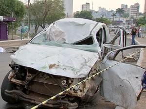 7d64523ec80 Caminhonete derrubou 2 postes e um ponto de ônibus na Avenida do CPA em  Cuiabá (