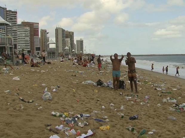 Lixo é coletado pela empresa Ecofor (Foto: TV Verdes Mares/Reprodução)