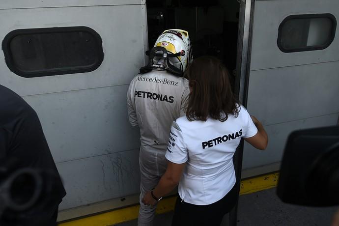 Lewis Hamilton voltou para a garagem da Mercedes desolado após abandonar GP da Malásia (Foto: AFP)