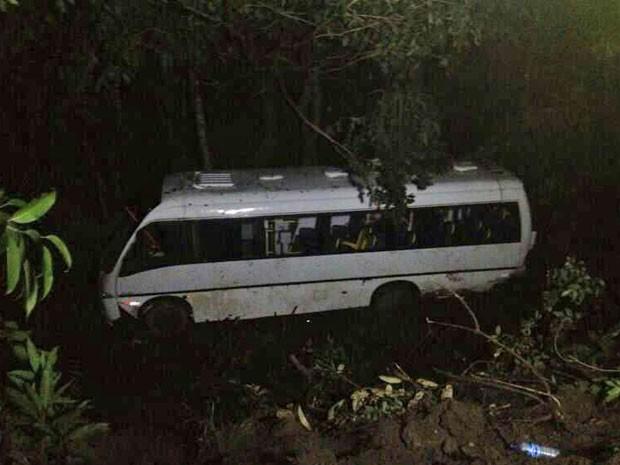 Ônibus capotou e deixou feridos no Cabo de Santo Agostinho. (Foto: Luna Markman / G1)