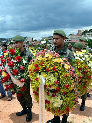 Soldados seguram coroas de flores no enterro do cabo Michel Mikami (Foto: Lana Torres/G1)