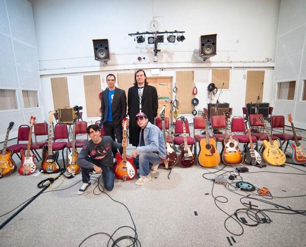 Banda 'All You Need is Love' e seu acervo de guitarras (Foto: Divulgação)