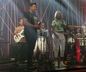 Anitta dança ao som de Ludmilla e Harmonia do Samba no ensaio do Música Boa Ao Vivo