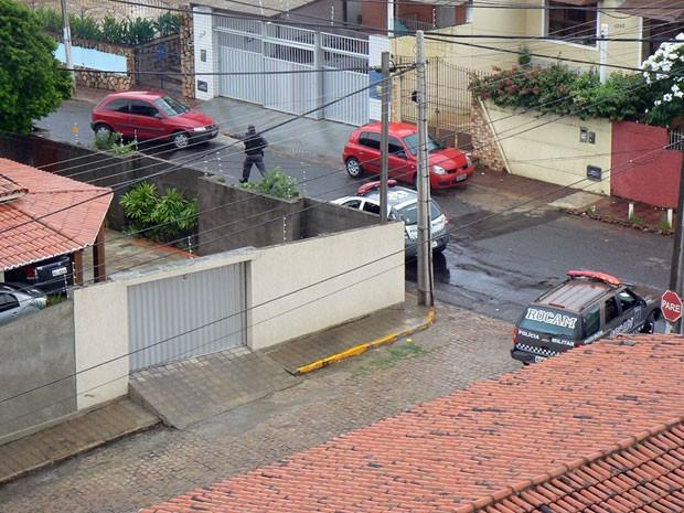 Policiais militares prenderam três homens neste sábado, em Natal (Foto: Adriano Medeiros)