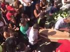 Mãe se desespera no enterro da menina Micaela, de 4 anos, no Rio