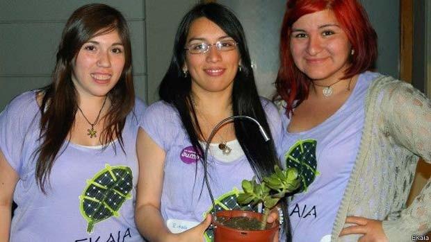 A criadoras do E-Kaia, Carolina Guerrero, Camila Rupcich e Evelyn Aravena, que foram premiadas em 2014  (Foto: E-Kaia/ BBC)